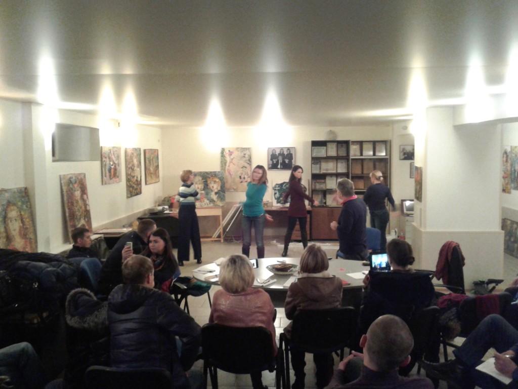 Группа делает Синхрогимнастику в Центре защиты от стресса