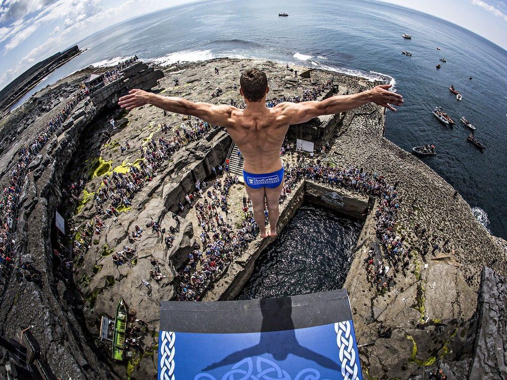 Прыжок с трамплина в море