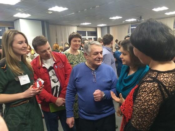 Хасай Алиев с учениками и журналистами