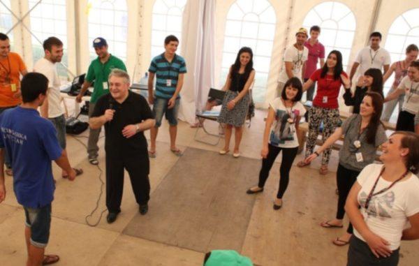 Синхрогимнастика. Доктор Алиев ведет занятия в зале по методу Ключ