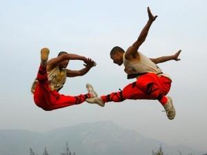 монахи Шаолинь в прыжке