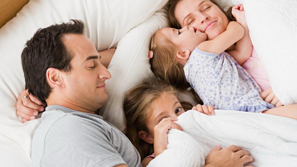 спят мама, папа и две дочки