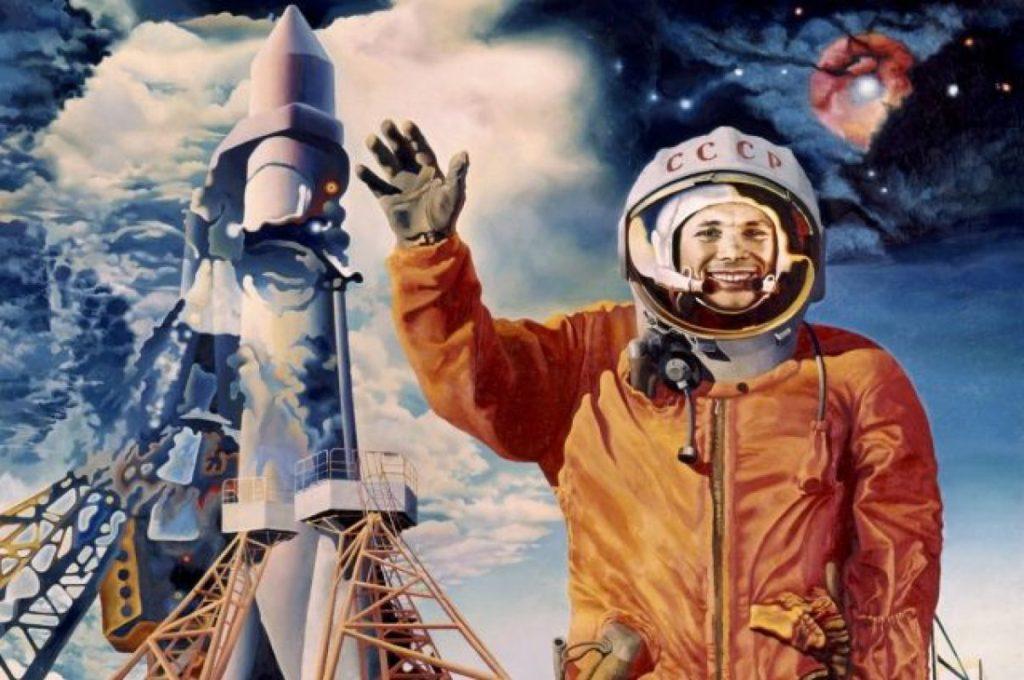 Гагарин на фоне ракеты