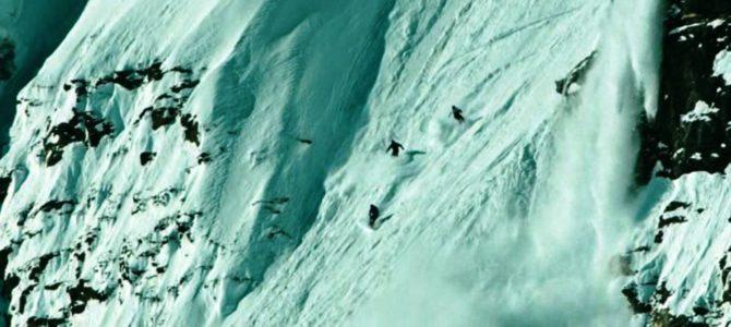 Экстримальный спуск на горных лыжах в горах