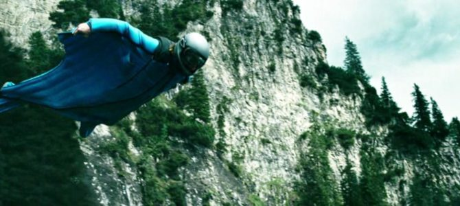 парашютист в костюме-крыле