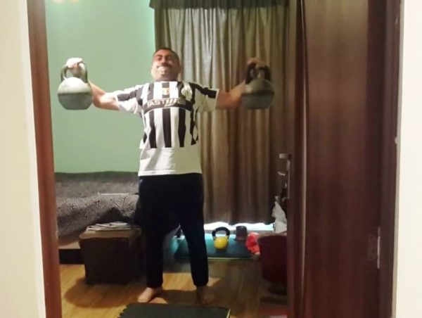 Мисак Ханданян делает крест гирями по 16 кг.