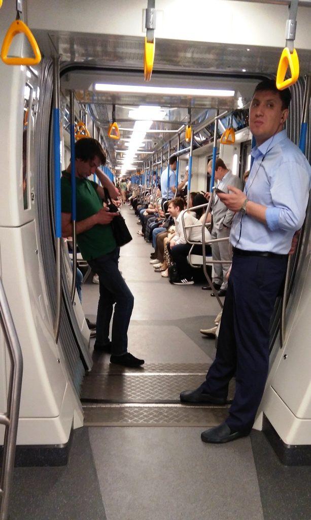 Люди в вагоне метро
