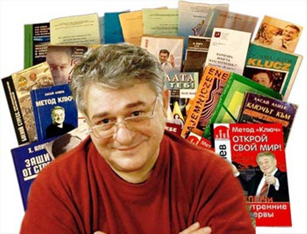 Доктор, писатель Хасай Алиев на фоне обложек своих книг.