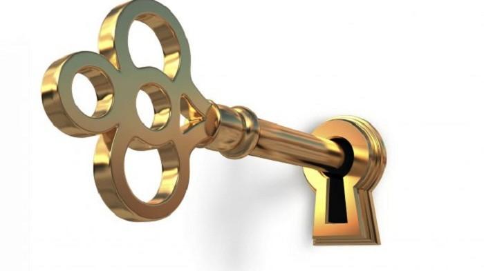 золотой ключ в замке