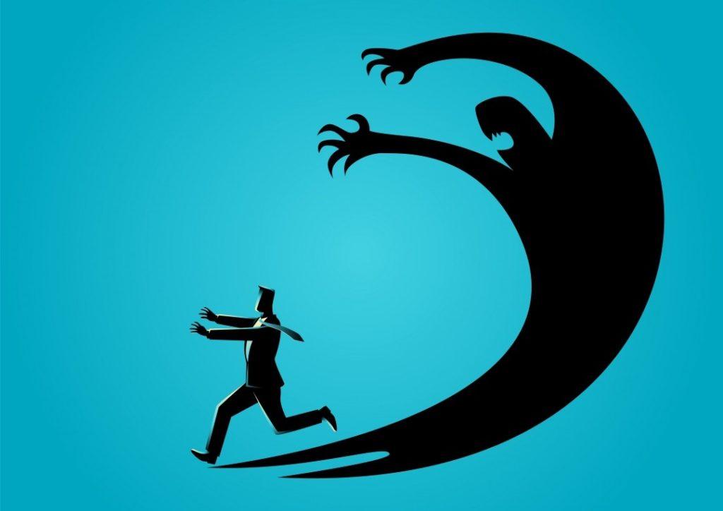 страх человек бежит от тени